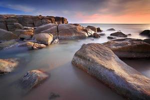 havet och klipporna foto