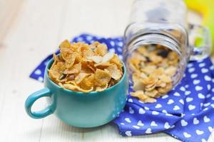 cornflakes karamell med mjölk. selektiv inriktning, grunt DOF foto