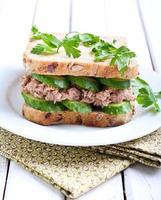 tonfisk- och gurksmörgås foto