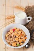 müsli med mjölk och torkad frukt foto