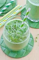 groener smoothie mit krautern foto