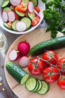 förbereda grönsaksallad foto