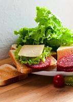 smörgås med salami och ost foto