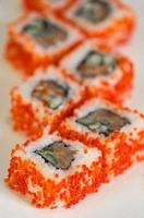 rull med kaviar, fisk och gurka foto