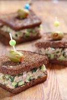 tonfisk salladsmörgås foto