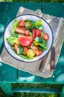 färska blandningsgrönsaker från växthus foto