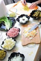 förbereda ryska traditionella sallad olivier foto