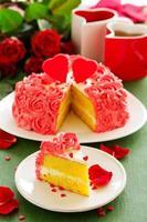 födelsedagstårta för alla hjärtans dag med rosor. foto