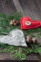 tyghjärtan på granblad och träbakgrund foto