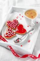 kakor och kaffe i sängen foto
