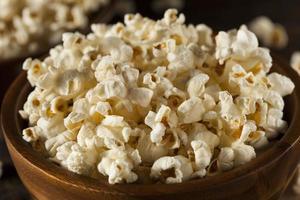 frisk smörjad popcorn med salt foto