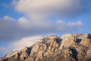 snötäckta bergslandskapshimmel foto