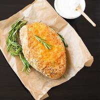 bröd. rosmarin. majsbröd med ost och solrosfrön. foto