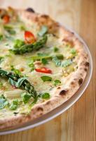 italiensk pizza med sparris foto
