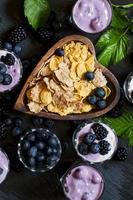 hälsosam frukost med fullkornspannmål och bär foto