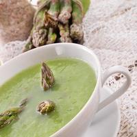 grön sparris soppa foto