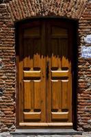 gammal dörr i colonia del sacramento foto