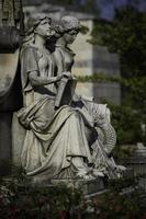 staty av två kvinnor foto