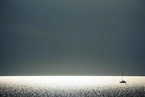 segling i solnedgången foto