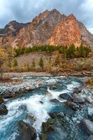 floden och bergen foto