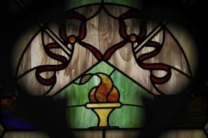 målat glasfönster i mausoleum foto