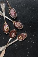 choklad i skedar på svarta tavlan foto