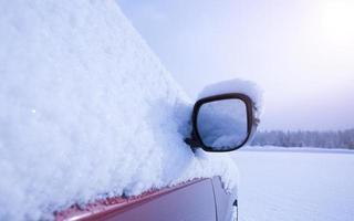 bil täckt av snö