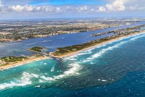 Flygfoto över Floridas strand och vattenväg foto