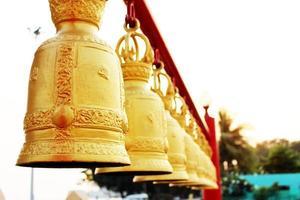 guldklockor i Thailands tempel foto