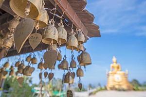 liten thai stilklocka i templet foto