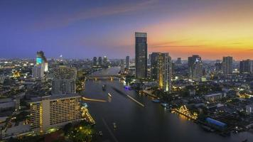 bangkok, flodstaden vid skymningen (floden Chaophraya, bangkok foto