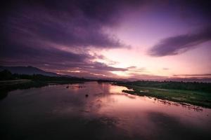 solnedgång vid floden