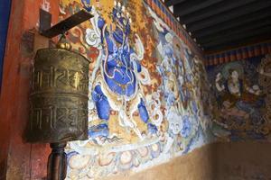 ingången till gangtey goemba kloster i phobjikha dalen, bhutan foto
