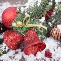 röd julklocka prydnad foto