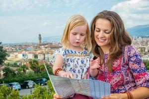 mamma och bebis mot panoramautsikt över Florens, Italien