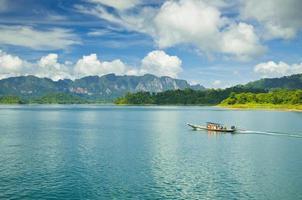 grupp med långsvansbåt som väntar på turisterna. ratchaprapa eller ch foto