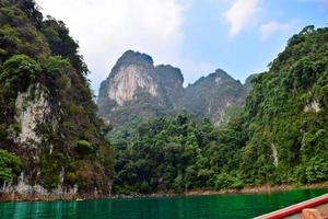 vackra floder och berg, naturliga attraktioner i ratchapapha dam foto
