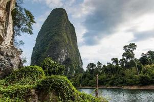 gigantisk sten, nationalpark Khao Sok