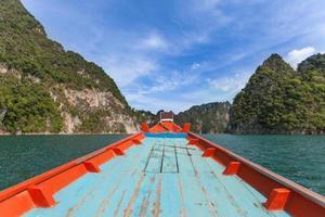 små båtar i ratchapapha-dammen, provinsen Surat thani, Thailand. foto