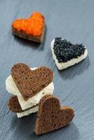 festlig aptitretare - rostat bröd med röd och svart kaviar foto