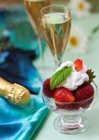 glas med champagne och jordgubbar foto
