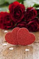 två hjärtaformer och rosor foto