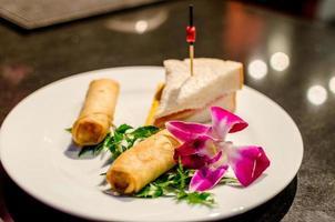smörgås och vårrullar med en blomma foto