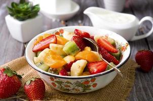 sallad med färsk frukt foto