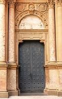 dörr till klostret Santa Maria de Montserrat, Spanien foto