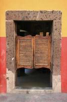 svängande dörrar foto