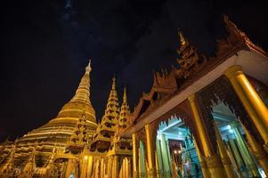 shwedagon pagod på natten, yangon, myanmar foto