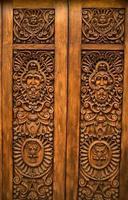 trä snidade dörrar guadalajara mexico foto