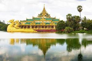 karaweik restaurang vid kandawgyi sjön, yangon, myanmar (burma) foto