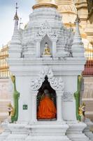 buddistiska munken ber på shwedagon pagoden, i yangon, myanmar foto